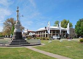 270px-Mansfield_Police_Memorial_and_Mansfield_Hotel